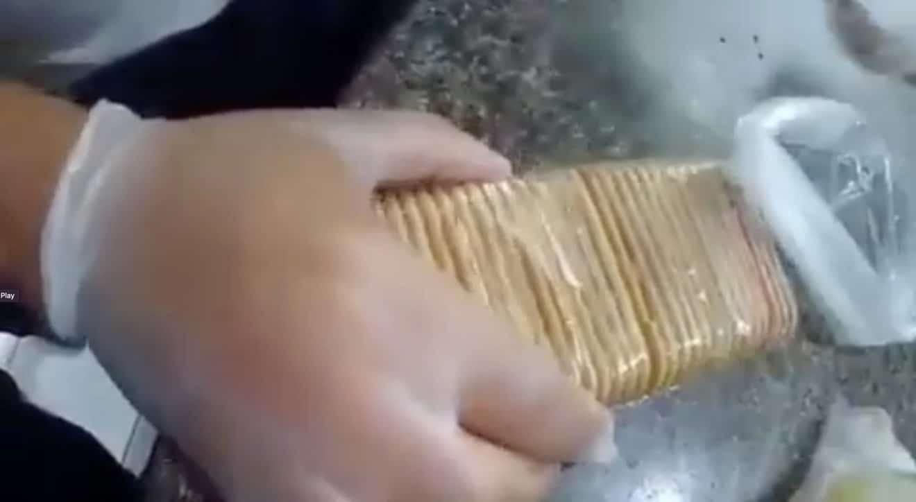 Des surveillants pénitentiaires font une étonnante découverte dans ces paquets de biscuits ! (vidéo)
