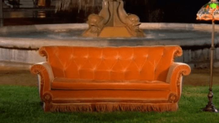 Pour fêter les 25 ans de la série Friends, Paris installe le célèbre canapé dans le Jardin du Palais Royal
