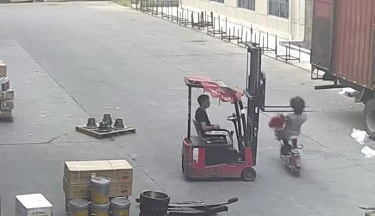 Cette femme en scooter n'avait pas vu les fourches du chariot élévateur devant elle… et c'est le drame ! (VIDEO)