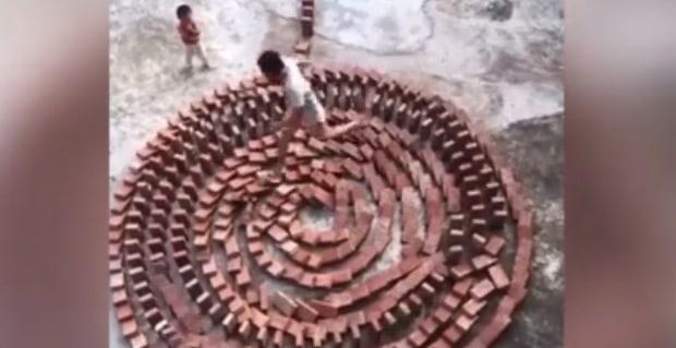 Alors qu'il construit un circuit de dominos géant, mais son fils va commettre l'irréparable ! (VIDEO)