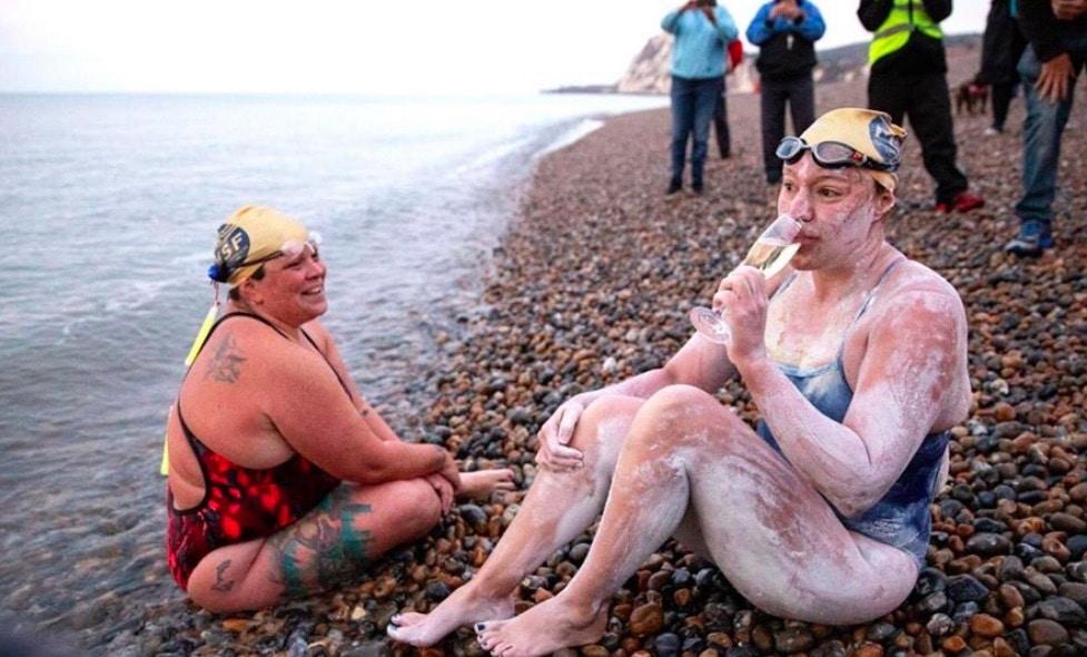 Survivante d'un cancer du sein, elle traverse la Manche à la nage quatre fois d'affilée (vidéo)