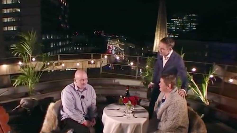 Il fait glacial dehors et une émission de télé a l'idée d'offrir un diner en plein air à un couple atteint du cancer