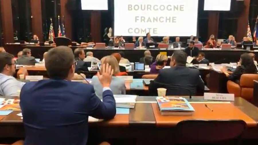Un élu Rassemblement National exige qu'une femme ôte son voile, interrompant une séance du Conseil régional