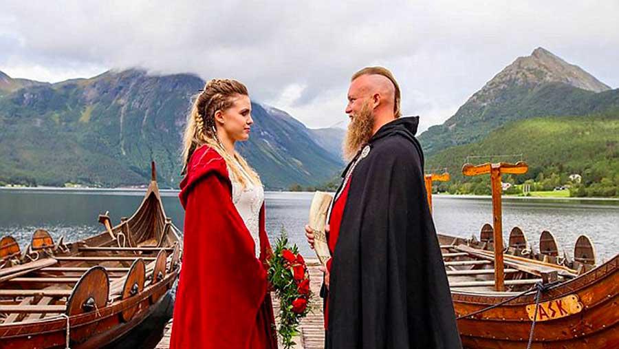 Ils se marient selon les traditions vikings, incluant même un rituel sacrificiel avec du sang de porc