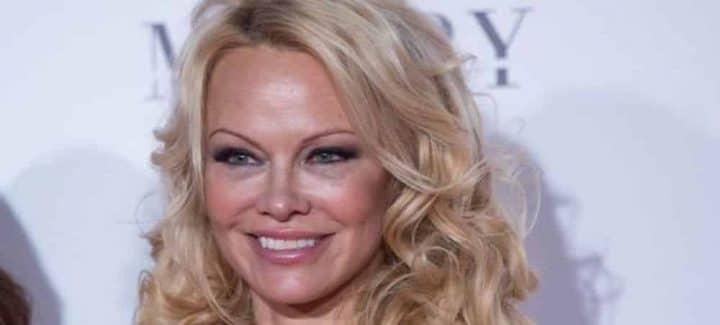 Pamela Anderson : cette robe minuscule qui dévoile presque son téton !
