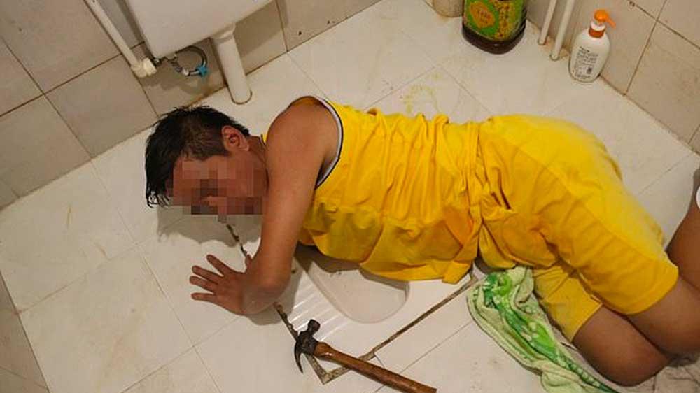 Un homme affamé se coince le bras dans les toilettes en tentant de récupérer un poisson tombé dans le trou