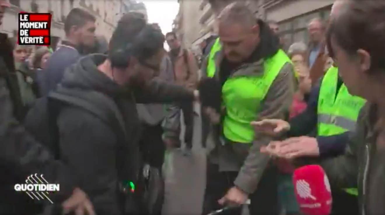 Des journalistes de Quotidien agressés par des militants d'extrême-droite, les images font froid dans le dos ! (vidéo)
