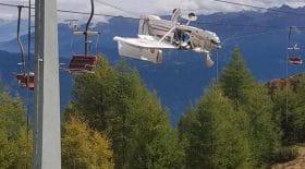 Un avion suspendu à plusieurs mètres de hauteur