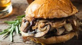 burger-aux-champignons-de-paris-et-confiture-doignons-une-version-vegetarienne-a-croquer