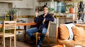 David Harbour fait visiter son appartement