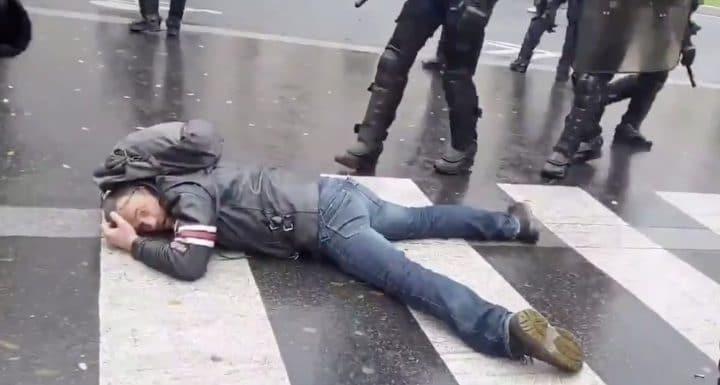 foto de Gilets jaunes acte 53 : un manifestant se jette à terre