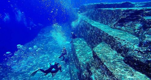 Découverte en1985 de la structure sous-marine de Yonaguni par des plongeurs
