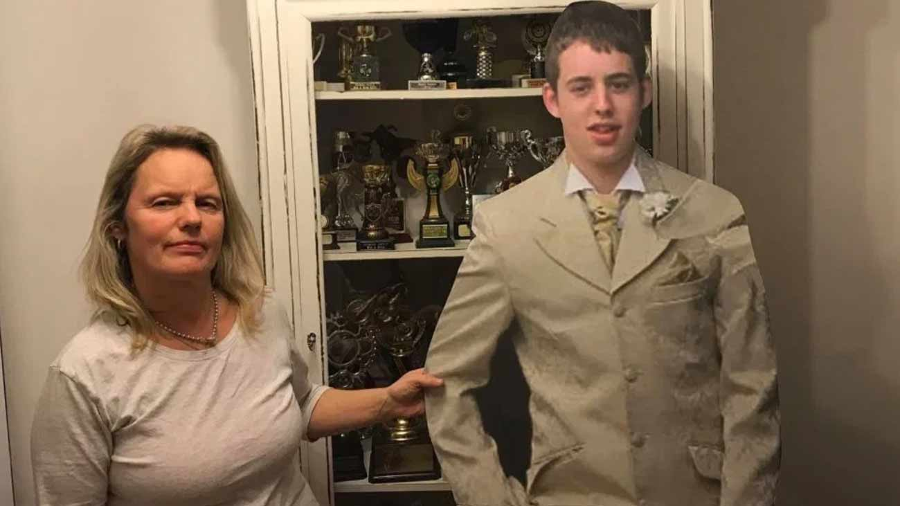 Pour faire le deuil de son fils qui a été poignardé à mort, cette maman se balade partout avec sa réplique en carton