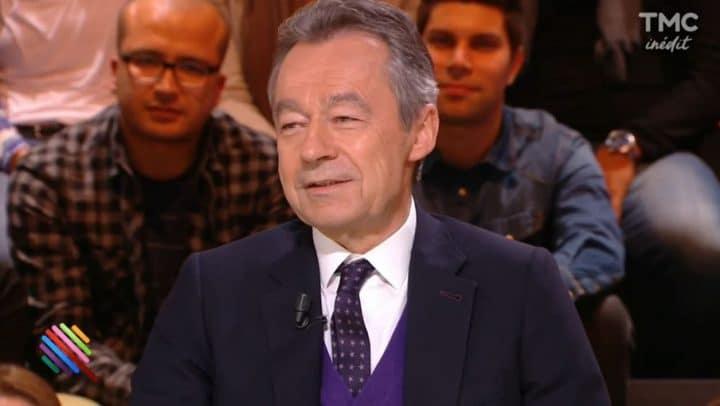 Ce célèbre présentateur du JT Français qui aurait reçu une gâterie en plein direct sous le bureau !