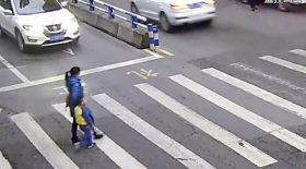 Ce garçon va s'énerver contre l'automobiliste qui vient de percuter sa mère