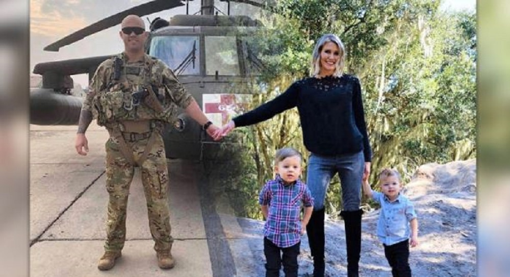 La femme d'un militaire en mission réunit son mari et sa famille dans une incroyable carte de Noël