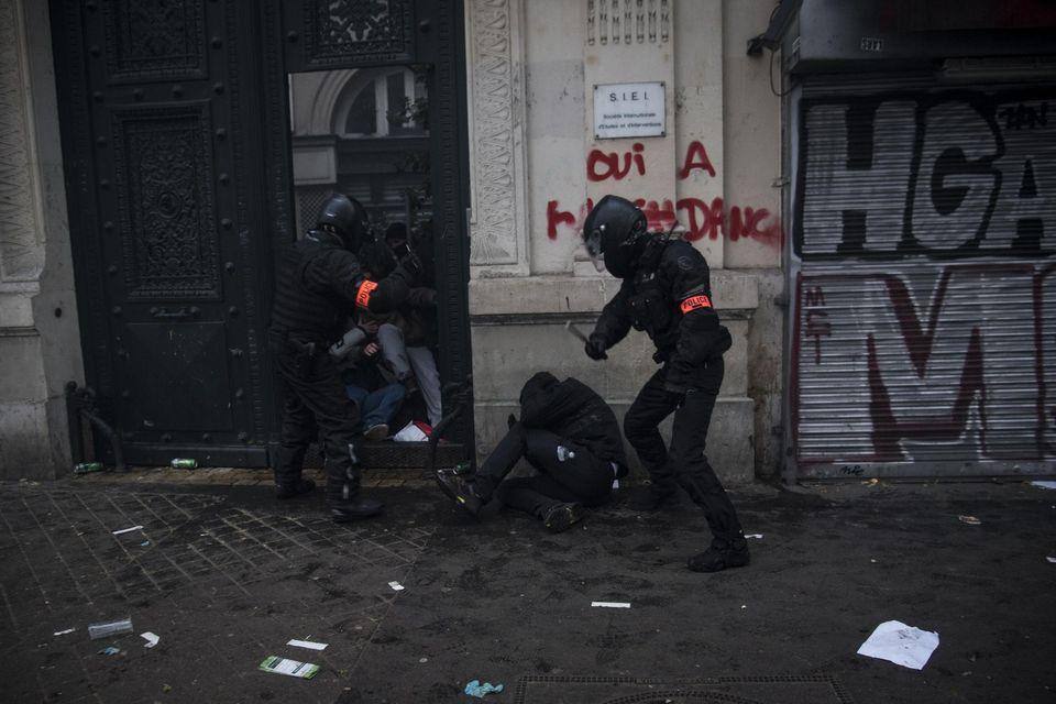 Une enquête ouverte après la vidéo choc de policiers frappant une personne au sol