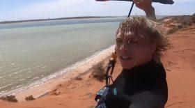 Un kitesurfer va faire un saut impressionnant