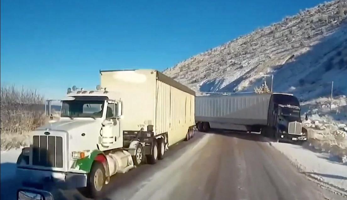 Il évite un accident de justesse pris au piège entre trois camions ! (Vidéo)
