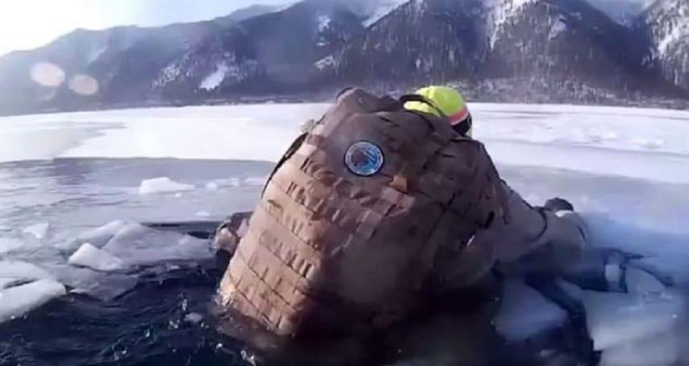 Deux touristes Russes frôlent la mort en restant coincés 17 minutes dans l'eau glacial du lac Baïkal