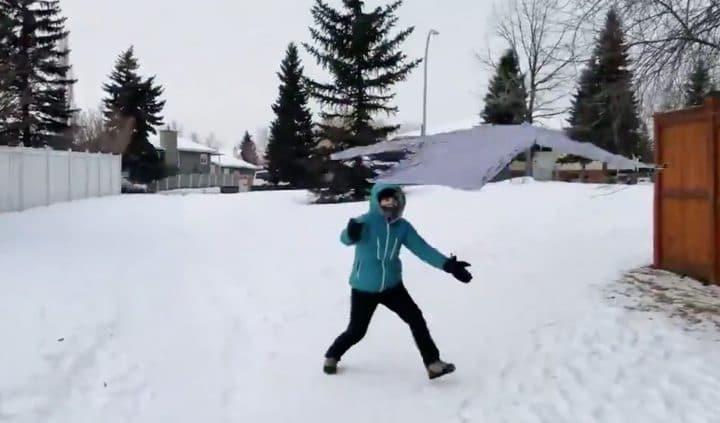 Ces Canadiens font du frisbee avec leurs vêtements congelés, et c'est surprenant ! (Vidéo)