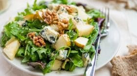 salade-a-la-poire-et-au-roquefort-une-recette-de-saison-qui-fait-du-bien