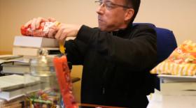 Un prêtre se goinfre de bonbons pour annoncer le Carême