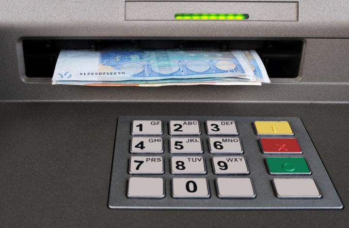 argent dans un distributeur