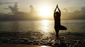 femme méditation plage