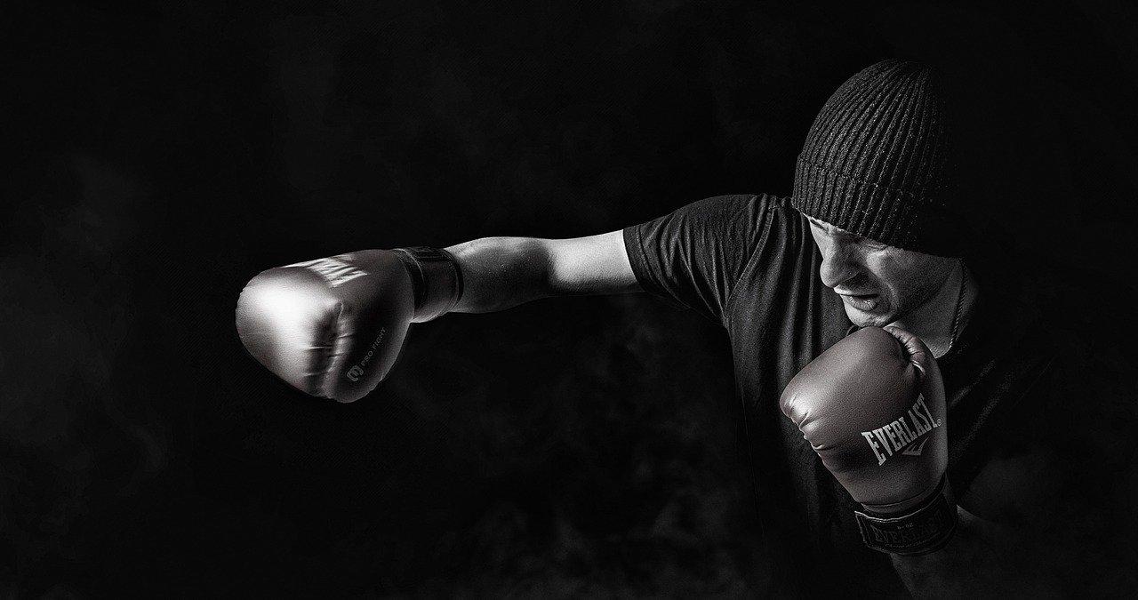 Violences conjugales : un boxeur dérape avec des propos scandaleux ! (vidéo)