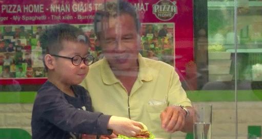 «Si tu veux battre le coronavirus, mange-le d'abord !», ce restaurant vietnamien propose des coronaburgers (VIDEO) !