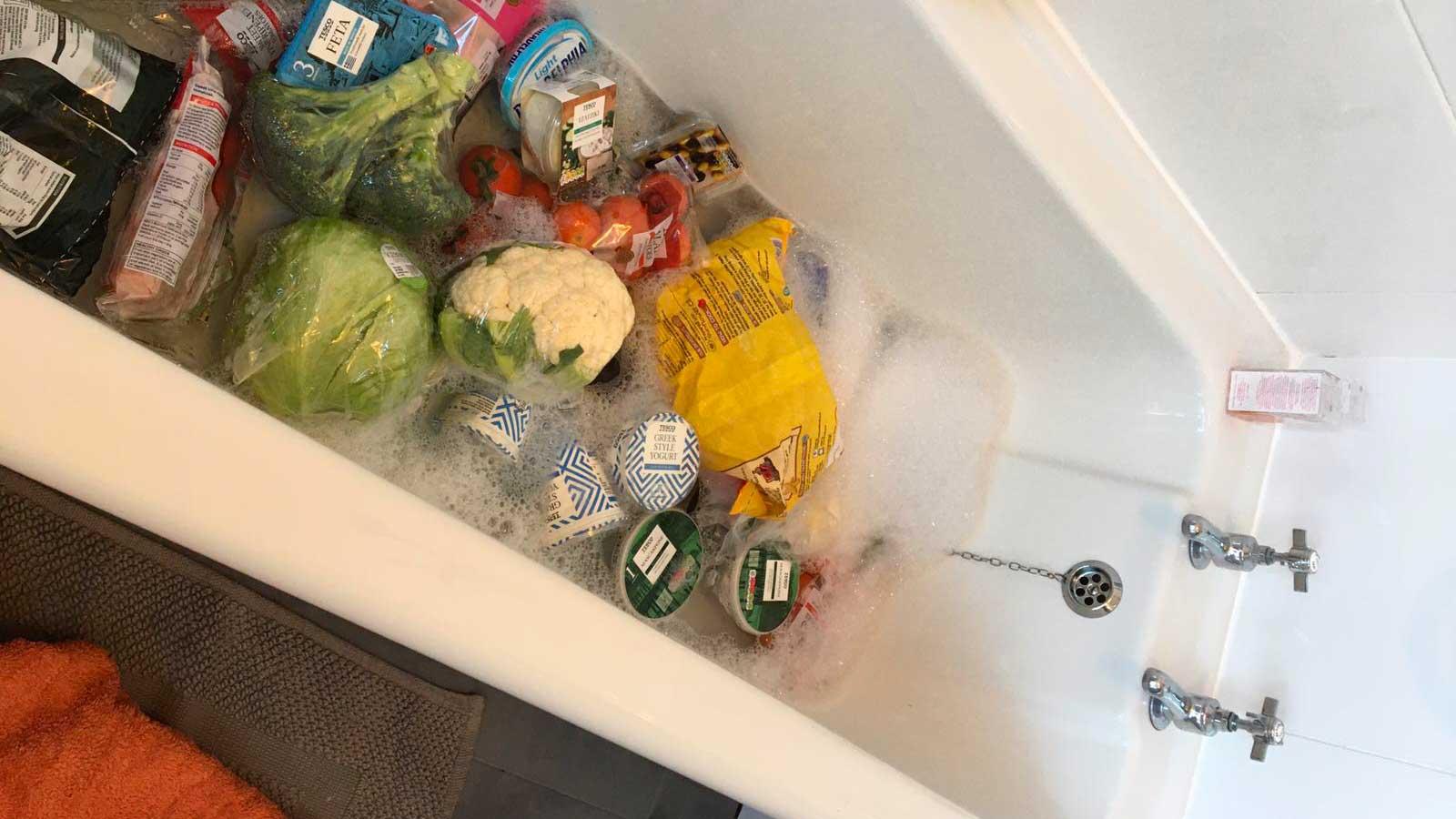Une maman fait prendre un bain à ses courses par précaution contre le coronavirus