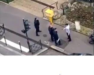 Choc : cette vidéo d'un policier frappant un piéton lors d'un contrôle d'attestation fait le tour de la toile