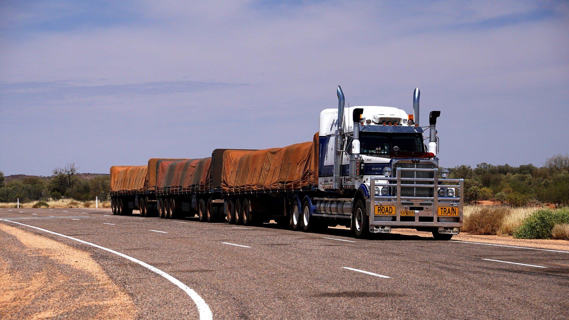 «C'est quand même dingue, qu'on soit obligé de chier dans nos camions» : le quotidien révoltant des routiers totalement oubliés