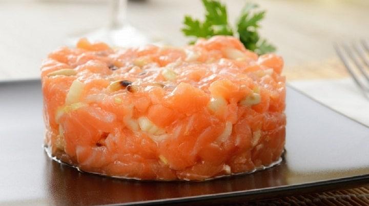 recette-du-tartare-au-saumon-faites-place-a-fraicheur-dans-lassiette