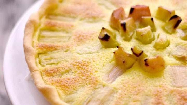 tarte-rhubarbe-dessert-surprenant-et-delicieusement-fondant