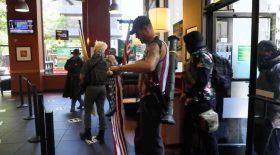 manifestants anti confinement lance-roquettes