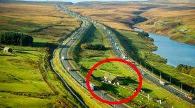 ferme construite au milieu de l'autoroute
