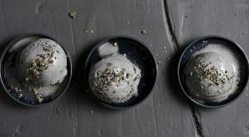 glace-au-sesame-noir-un-dessert-original-et-qui-ne-passe-pas-inapercu