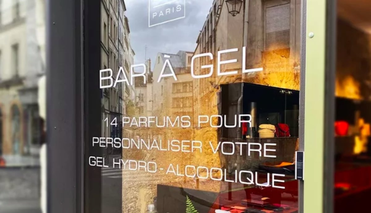 Après le bar à soupe, le bar à ongles, le bar à sieste : un bar à gel hydroalcoolique fait fureur à Paris !