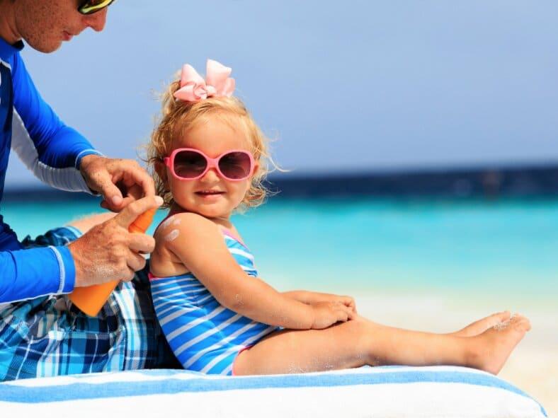Vous mettez de la crème solaire à vos enfants ? Les médecins tirent la sonnette d'alarme !