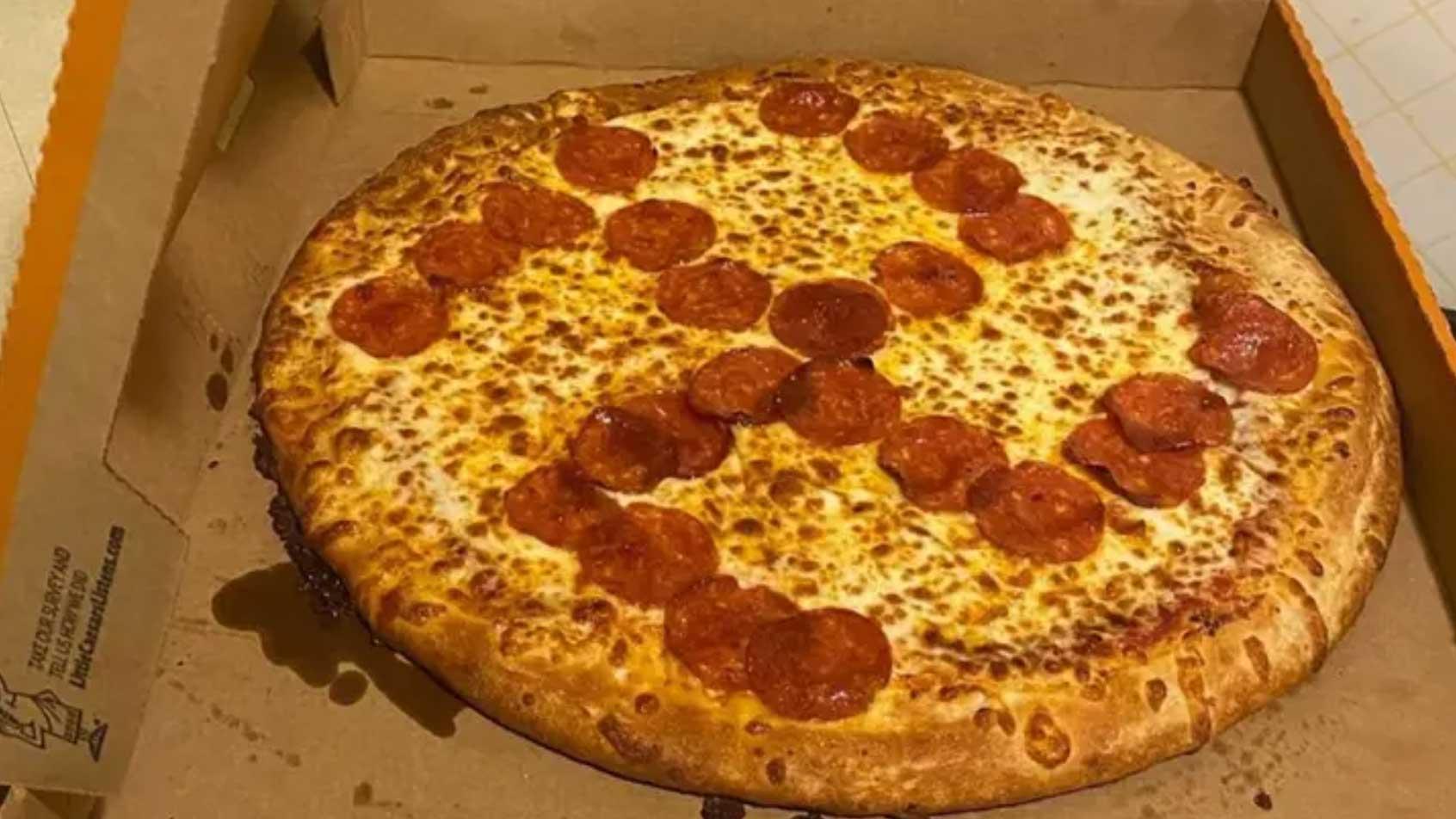 Ils découvrent une croix gammée en salami lorsqu'ils ouvrent leur boite de pizza