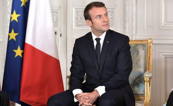 Emmanuel Macron joue au foot avec des jeunes