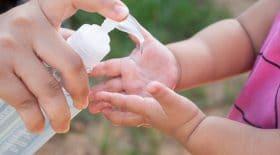 les distributeurs de gel hydroalcooliques sont un vrai danger pour les enfants