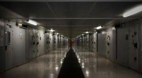 Une surveillante de prison amoureuse offre un téléphone portable à un détenu