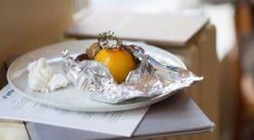 decouvrez-tres-celebre-recette-des-peches-en-papillote-vanille-et-ricotta-dhelene-darroze