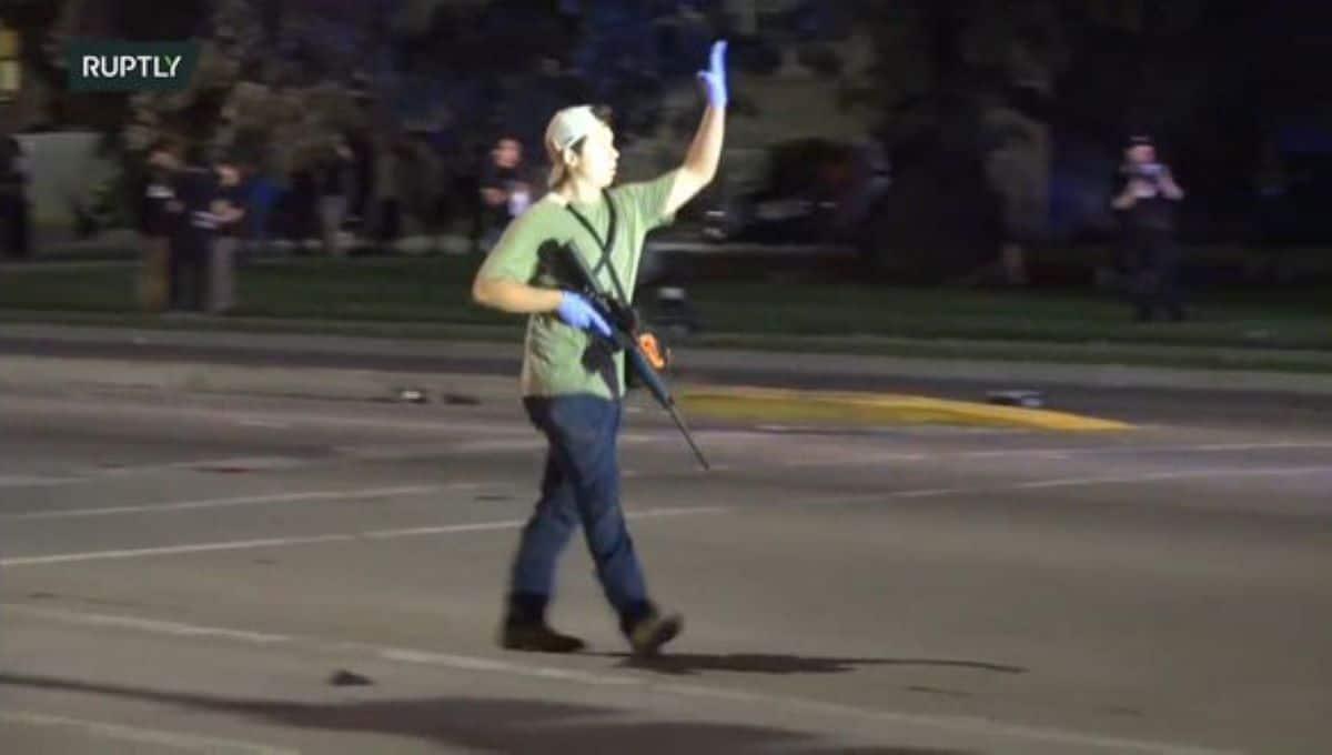 Un adolescent de 17 ans lourdement armé tue deux personnes dans une manifestation anti raciste. Les images glaçantes (VIDEO)