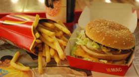 Quand elle ouvre ouvre son menu MacDonald's 24 ans plus tard, elle découvre que les produis sont encore intacts