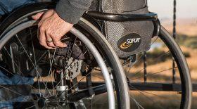 personne-handicapée-fauteil-roulant
