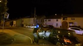Un policier traîné sur plusieurs mètres par une bande de fuyard